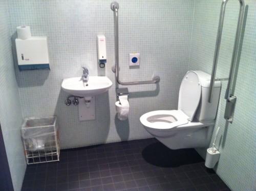 behinderten wc in der theaterpassage basel unter dem tinguely brunnen. Black Bedroom Furniture Sets. Home Design Ideas