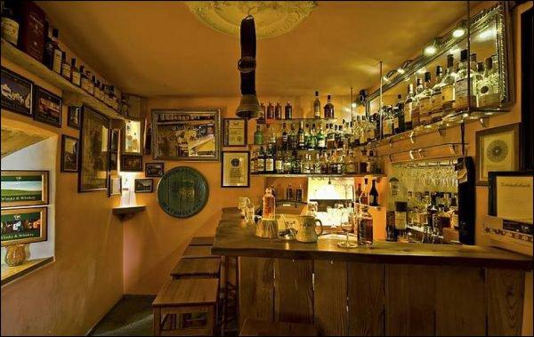 schweizer haben kleinstes pub der welt. Black Bedroom Furniture Sets. Home Design Ideas